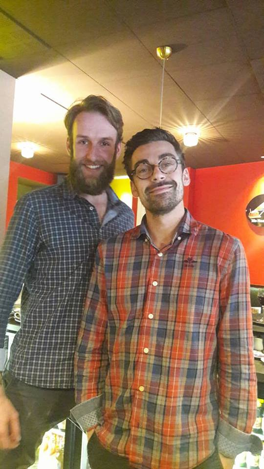 deux amis à la tête du bar brocante aveyronnais