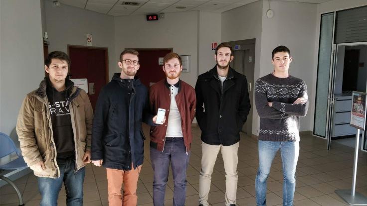 cinq-étudiants-en-informatique