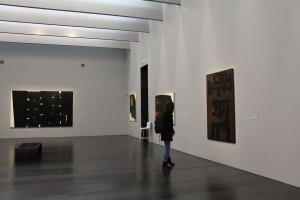 jeune fille qui visite le musée Soulages